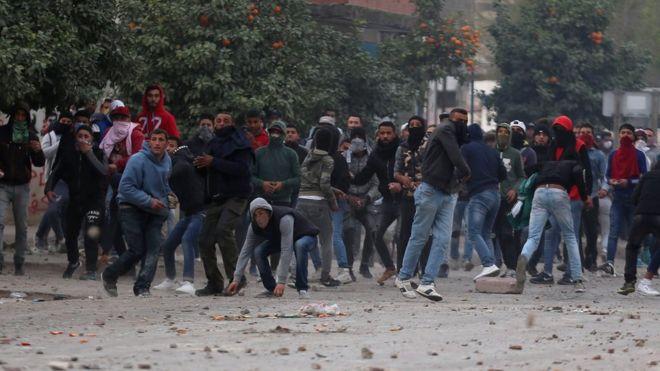 Lancio di pietre ad una manifestazione in Tunisia_Foto_ Reuters