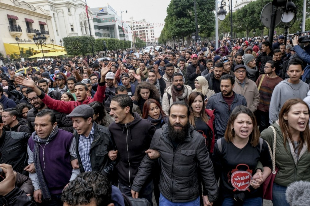 Protesta anti-austerity su Avenue Habib Bourguiba, Tunisi_ sotto Habib Kazdaghli © Ap