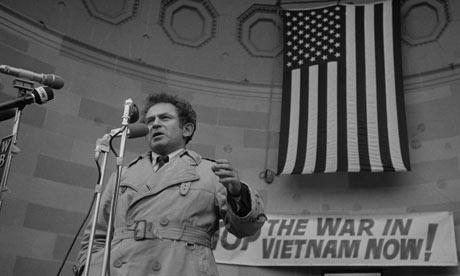 Norman-Mailer-durante-una-protesta-contro-la-guerra-in-Vietnam
