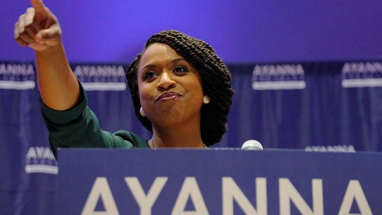 Ayanna Pressley indica i suoi sostenitori dopo aver vinto le primarie democratiche nel Massachusetts _Brian Snyder_ Reuters