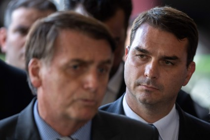 il presidente brasiliano jair bolsonaro con alle sue spalle il figlio senatore, flávio bolsonaro _ afp
