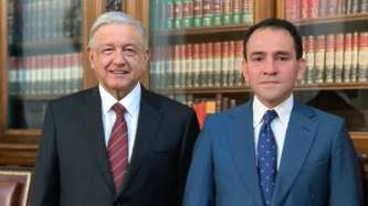 Andrés Manuel López Obrador posa con Arturo Herrera_nuovo segretario del Tesoro dopo le dimissioni di Carlos Urzúa_Foto di AFP