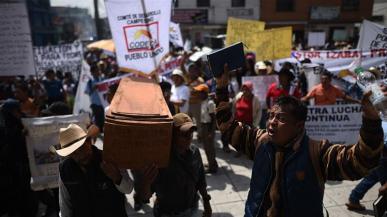 I guatemaltechi protestano contro il presidente Jimmy Morales e chiedono giustizia per gli omicidi delle vittime mentre difendono il diritto alla terra e alle risorse naturali_Edwin Bercian _EPA
