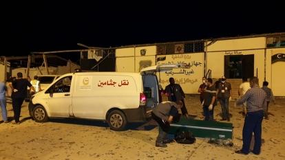 I soccorritori recuperano i corpi dopo che l'attacco aereo ha ucciso dozzine _Mahmud Turkia _ AFP