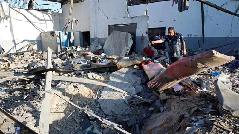 Il centro di detenzione per profughi e migranti colpito da un raid aereo nella capitale libica _Ismail Zitouny_ Reuters