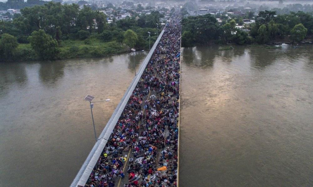 La carovana dei migranti sul ponte che segna il confine tra Guatemala e Messico_Ciudad Hidalgo_ 20 ottobre 2018_Pedro Pardo_Afp