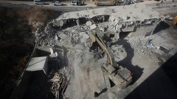 Le squadre di lavoro israeliane hanno iniziato a demolire dozzine di case palestinesi_Mahmoud Illean _AP Photo