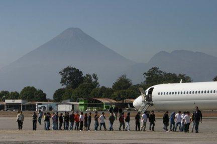Migranti guatemaltechi deportati dagli Stati Uniti UU_ scendono dall'aereo_Photo Prensa Libre_ PL Newspaper Library