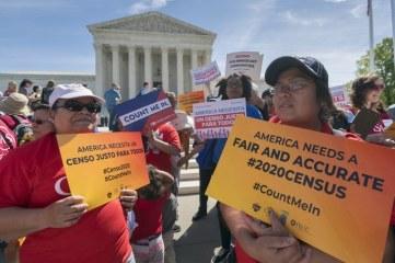 Nell'immagine del 23 aprile_gli attivisti protestano a favore dei diritti degli immigrati_ fuori dalla Corte Suprema a Washington_Foto ap