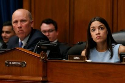 Questi sono i volti dei membri del Congresso Roy Chip e Alexandria Ocasio-Cortez dopo aver sentito Yazmín Juárez_Foto ap