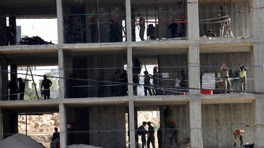 Soldati israeliani depositano esplosivi per demolire un edificio a Sur Baher_a Gerusalemme Est _Abed Al Hashlamoun _EPA