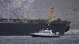 Una nave marina britannica pattuglia vicino alla superpetroliera Grace 1 al largo della costa di Gibilterra [Jorge Guerrero _AFP