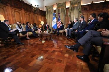 Incontro tra Claver-Carone_principale consigliere per gli affari latinoamericani di Trump_ team governativo di Jimmy Morales_Foto stampa libera_SCSP