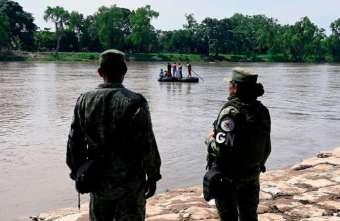 TOPSHOT - National Guard members stand guard along the banks of the Suchiate river in Ciudad Hidalgo, Chiapas State, Mexico, to prevent illegal crossings across the border river to and from Tecun Uman in Guatemala, on July 20, 2019. / AFP / ALFREDO ESTRELLA