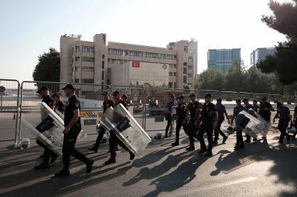 La polizia di fronte alla Metropolitan Municipality di DiyarbakirREUTERS_Sertac Kayar
