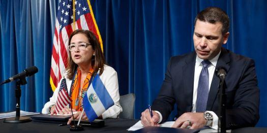 AP_Il segretario alla Sicurezza nazionale Kevin K_McAleenan con Alexandra Hill_ministro degli affari esteri per El Salvador