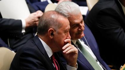 Erdogan parla con un membro della sua delegazione durante la 74a sessione dell'Assemblea generale delle Nazioni Unite _Jonathan Ernst _Reuters