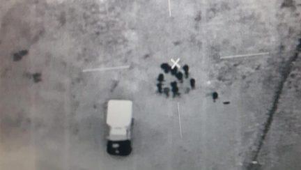 Foto satellitare trasmessa dall'esercito guatemalteco dove si vedono persone che trasportano merci su un veicolo vicino alla scuola dove sono stati tenuti i soldati