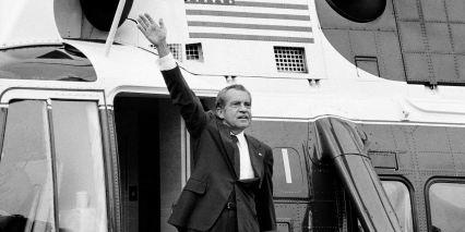 Il presidente Richard Nixon saluta i gradini del suo elicottero fuori dalla Casa Bianca il 9 agosto 1974_ dopo il suo discorso di addio ai membri dello staff della Casa Bianca_ Foto_Chick Harrity _AP