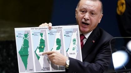 l presidente turco Recep Tayyip Erdogan tiene in mano una mappa mentre si rivolge alla 74a sessione dell'Assemblea generale delle Nazioni Unite_Carlo Allegri_Reuters