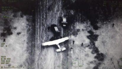 Narcos-avioneta-descarga-Questa è una delle fotografie catturate dagli aerei dell'esercito e viste quando i veicoli si avvicinano a un aereo atterrato senza autorizzazione