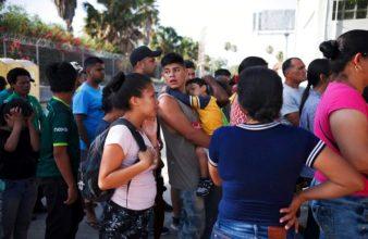 Un gruppo di migranti attende in Messico mentre le loro domande di asilo vengono risolte_FOTO ORA_AP