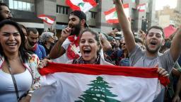 I manifestanti celebrano le dimissioni del Primo Ministro Saad Hariri a Beirut_Patrick Baz _AFP