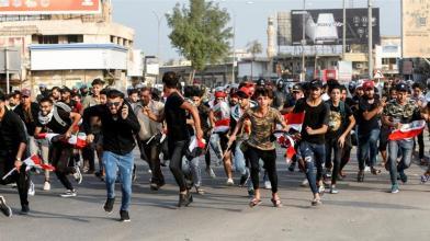 I manifestanti corrono mentre prendono parte a una protesta contro la disoccupazione_la corruzione e i servizi pubblici poveri a Bassora_Essam al-Sudani_Reuters