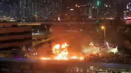 I manifestanti lanciano cocktail Molotov verso veicoli corazzati durante violenti scontri al Politecnico di Hong Kong_Kin Cheung_ AP Photo