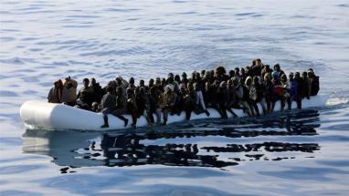 I migranti vengono visti in un gommone nel Mar Mediterraneo al largo delle coste della Libia_15 gennaio 2018 _Hani Amara_ Reuters
