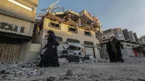 I palestinesi ispezionano la casa danneggiata del leader della Jihad islamica Bahaa Abu al-Atta dopo un raid aereo israeliano a Gaza City_Mohammed Sabre_ EPA