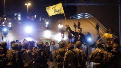 I soldati hanno creato una barriera tra i sostenitori dei gruppi sciiti libanesi Hezbollah e Amal e i manifestanti antigovernativi a Beirut lunedì_Mohamed Azakir _Reuters