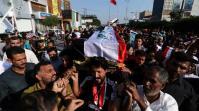 Le persone in lutto irachene portano la bara di un manifestante ucciso durante le proteste antigovernative a Kerbala_Iraq [Abdullah Dhiaa al-Deen_Reuters
