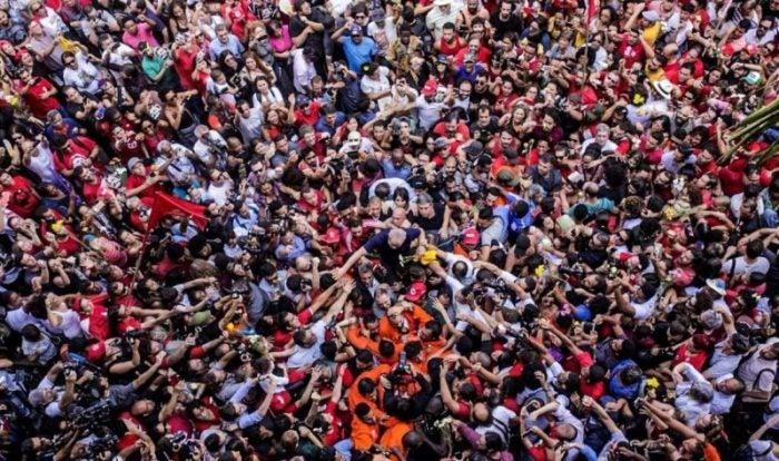lula-nos-bracos-do-povo-1-1132x670-e1566500087693