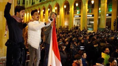 I manifestanti cantano slogan dopo che Saad Hariri è riemerso come candidato al primo ministro_Bilal Hussein _AP Photo
