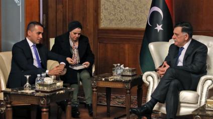 Il primo ministro libico riconosciuto dalle Nazioni Unite, Fayez al-Sarraj, a destra, incontra il ministro degli esteri italiano Luigi Di Maio nella capitale della Libia_Tripoli_AFP