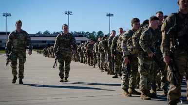I paracadutisti dell'esercito americano camminano verso un aereo in attesa prima di partire per il Medio Oriente dalla Carolina del Nord _ Bryan Woolston_ Reuters