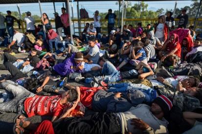 Le persone bloccate sul ponte che divide la cittadina di Tecum Uman_ in Guatemala_ con Ciudad Hidalgo_ in Messico_ il 20 gennaio_Johan Ordonez_Afp_Getty Images