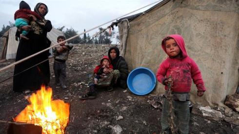 Donne e bambini siriani sfollati_fuggiti da Idlib meridionale_ si radunano attorno a un incendio ad Afrin_ in Siria _Khalil Ashawi _Reuters