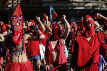 04est2f01-donne-protesta-cile-afp1