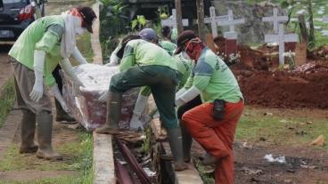 Gli ufficiali seppelliscono i morti infetti dal coronavirus a Jakarta Indonesia _Eko Siswono Toyudho _ Anadolu