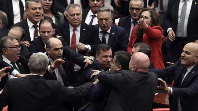 I legislatori si spingono l'un l'altro mentre una rissa scoppia nel parlamento turco ad Ankara mercoledì _AP