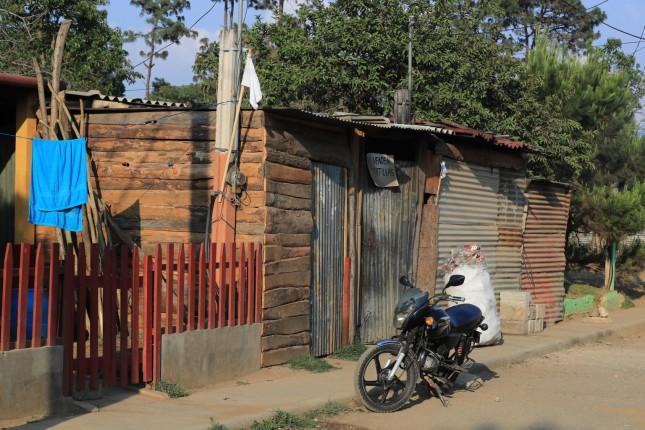 """BANDERAS DE AYUDA. En dos colonias de El Tejar, Chimaltenango varias familias decidieron poner banderas blancas en las afueras de sus viviendas como signo de """"auxilio"""" ante la emergencia del Coronavirus. Debido a las restricciones de gobierno, muchas personas han tenido que dejar de trabajar y, sus necesidades m‡s pr—ximas son v'veres, medicamentos como acetaminofen y en un caso, insulina para una se–ora diabŽtica. En la imagen, banderas blancas en las viviendas ubicadas en la Colonia Bendici—n De Dios de la zona 6 de la aldea San Miguel Moraz‡n, El Tejar, Chimaltenango. Juan Diego Gonz‡lez. 160420"""