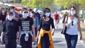 I visitatori di un mercato settimanale indossano maschere protettive_ mentre la diffusione della malattia da coronavirus _COVID-19_ continua a Dresda, Germania _Matthias Rietschel _ Reuters