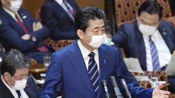Il primo ministro giapponese Shinzo Abe risponde a una domanda nella camera alta del parlamento a Tokyo _Kyodo via Reuters