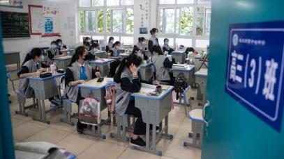Gli studenti senior frequentano le lezioni in una scuola superiore di Wuhan_ nella provincia cinese di Hubei _AFP