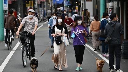 La gente cammina davanti a negozi in una zona residenziale di Tokyo _Charly Triballeau _AFP
