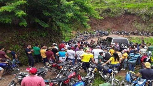 I militari detenuti dalla comunità Catatumbo vengono consegnati all'ufficio del difensore civico colombiano_ Foto_HernanTeleSUR