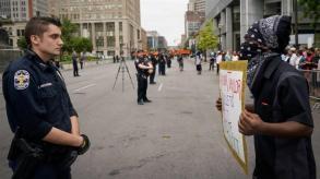 polizia durante una manifestazione contro la morte di Breonna Taylor e altre forme di ingiustizia razziale sabato a Louisville _Bryan Woolston _ Reuters