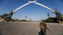 Un ufficiale di sicurezza iracheno fa la guardia accanto al memoriale dell'Arco della Vittoria nella Green Zone di Baghdad_Khalid al-Mousily _ Reuters